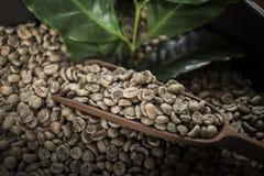 Kopp kaffe, p?se och skopa p? gammal rostig bakgrund fotografering för bildbyråer