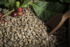 Kopp kaffe, p?se och skopa p? gammal rostig bakgrund royaltyfri foto