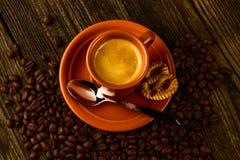 Kopp kaffe-, sötsak- och kaffebönor Arkivbild