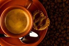 Kopp kaffe-, sötsak- och kaffebönor Arkivfoto