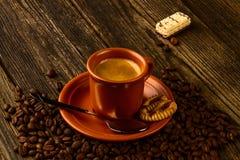Kopp kaffe-, sötsak- och kaffebönor Arkivfoton