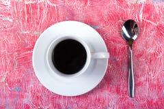 Kopp kaffe sked på en träbakgrund Top beskådar Arkivbilder