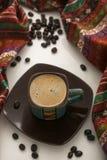 Kopp kaffe som är färgrik med kaffebönor Arkivfoton