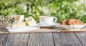 Kopp kaffe som är utomhus- på en trätabell Royaltyfri Fotografi