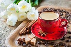 Kopp kaffe som dekoreras på med kryddor och blommor Royaltyfri Fotografi