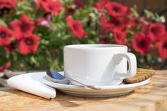 Kopp kaffe som tjänas som på en trätabell Arkivfoto