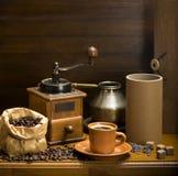 Kopp kaffe, turka, kaffebönor och en kaffekvarn, giffel royaltyfri fotografi