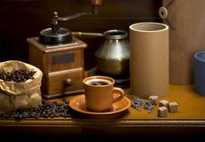 Kopp kaffe, turka, kaffebönor och en kaffekvarn, giffel fotografering för bildbyråer