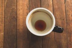 Kopp kaffe varm espresso på träplattan Arkivfoto