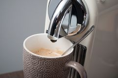 Kopp kaffeespresso på cofffeemaskinen royaltyfri foto
