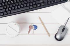 Kopp kaffetangenter skyler över brister för anmärkningstangentbordmus från datoren Royaltyfri Foto