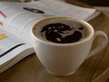 kopp med den aromatiska kaffeamericanoen, lungo, på en mörk bakgrund royaltyfri foto