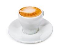 Kopp med doftande kaffe på ett tefat som isoleras på vit backgroun royaltyfri fotografi