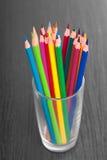 Kopp med färgrika blyertspennor, closeup Arkivfoton