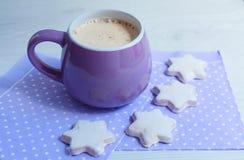 Kopp med kaffe och kakor på ett vitt trätabellslut upp royaltyfria foton