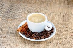 Kopp med kaffe på tefatet Fotografering för Bildbyråer
