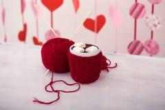 Kopp med kakao och mashmallows nära trassla ihop Royaltyfri Foto