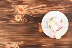 Kopp med ljus - rosa marängar Royaltyfri Foto