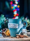 Kopp med magiska färgrika ljus och kryddor Royaltyfri Fotografi