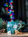 Kopp med magiska färgrika ljus och kryddor Jul Royaltyfria Foton