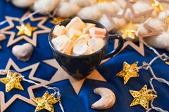 Kopp med marshmallowen för gåva Royaltyfria Bilder