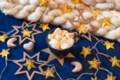 Kopp med marshmallowen för gåva Royaltyfria Foton