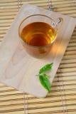 Kopp med te- och gräsplansidor. Arkivfoton