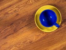 Kopp med tefatet på tabellen royaltyfri fotografi