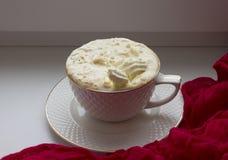 Kopp med varmt kaffe och piskad kräm arkivbild