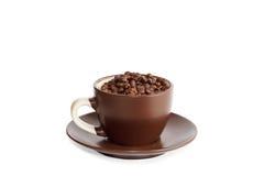 Kopp mycket av grillade kaffebönor Arkivbild