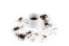 Kopp och grinded kaffe Arkivfoto