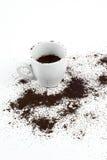 Kopp och grinded kaffe Royaltyfri Bild
