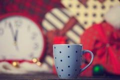 Kopp och julgåvor Arkivfoto
