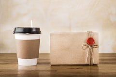 Kopp och packe för tappninghantverk pappers- Royaltyfri Foto