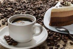 Kopp och tefat av skummigt cappuccinokaffe royaltyfria foton