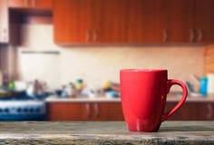 Kopp på köksbordet Arkivfoto