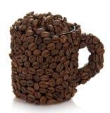 Kopp som göras av bönor, fyllt med kaffekorn arkivbild