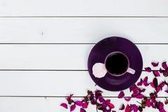 Kopp te eller kaffe på den violetta plattan Royaltyfri Fotografi