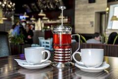 Kopp te för en wo och läckert bärte från nya bär, för en angenäm afton vilar av två vänner, inre av restaen stock illustrationer