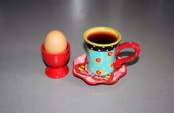 Kopp te för frukosttid och kokt ägg Arkivbild