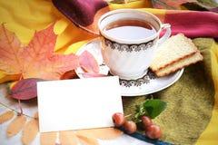 Kopp te med Autumn Leaves Cookies och det tomma kortet Royaltyfri Foto