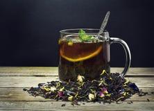 Kopp te med citronen på en träbakgrund Royaltyfri Fotografi