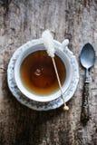 Kopp te med den kristalliserade sockerpinnen Royaltyfri Foto