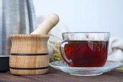 Kopp te med en mortel och en mortelstöt arkivfoton