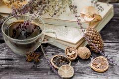 Kopp te med höstsidor arkivfoton