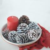 Kopp te med julgarnering med sörjer stearinljusljus och servetter på en vit bakgrund royaltyfri fotografi
