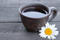 Kopp te med kamomill p? en gammal tr?tabell B?sta sikt med kopieringsutrymme arkivfoto