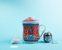 Kopp te med rostfritt stålinfuser Arkivbilder