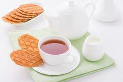 Kopp te med söta dillandear Arkivfoto
