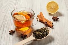 Kopp te med skivan av citronen, träsked med sidor av green Royaltyfri Fotografi